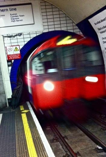 Un train de la Piccadilly Line sort du Tunnel